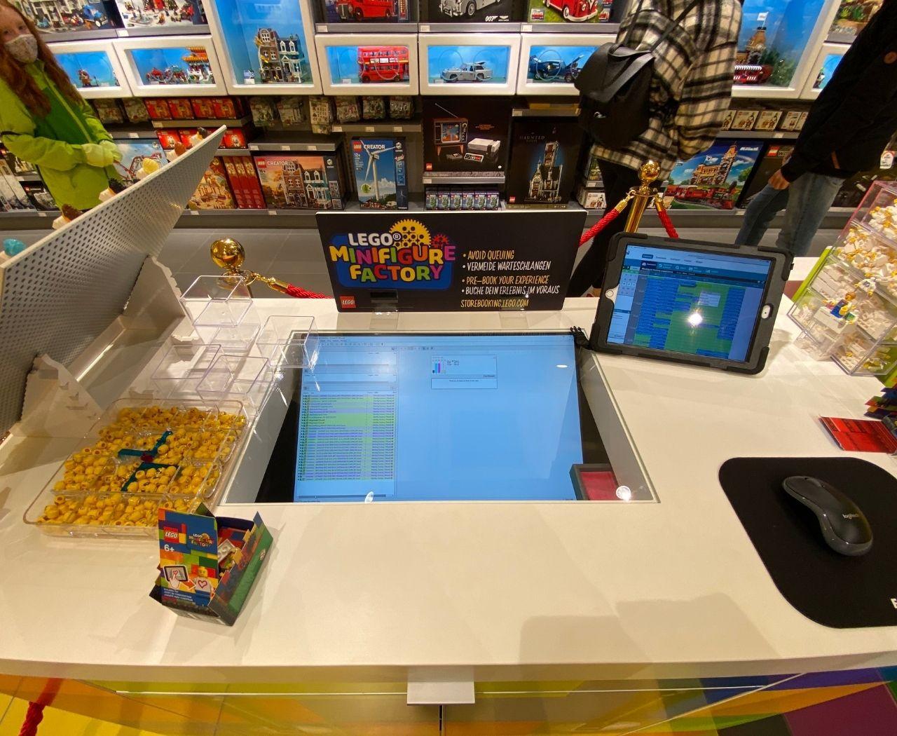LEGO bietet eine kleine Figuren-Fabrik im Geschäft