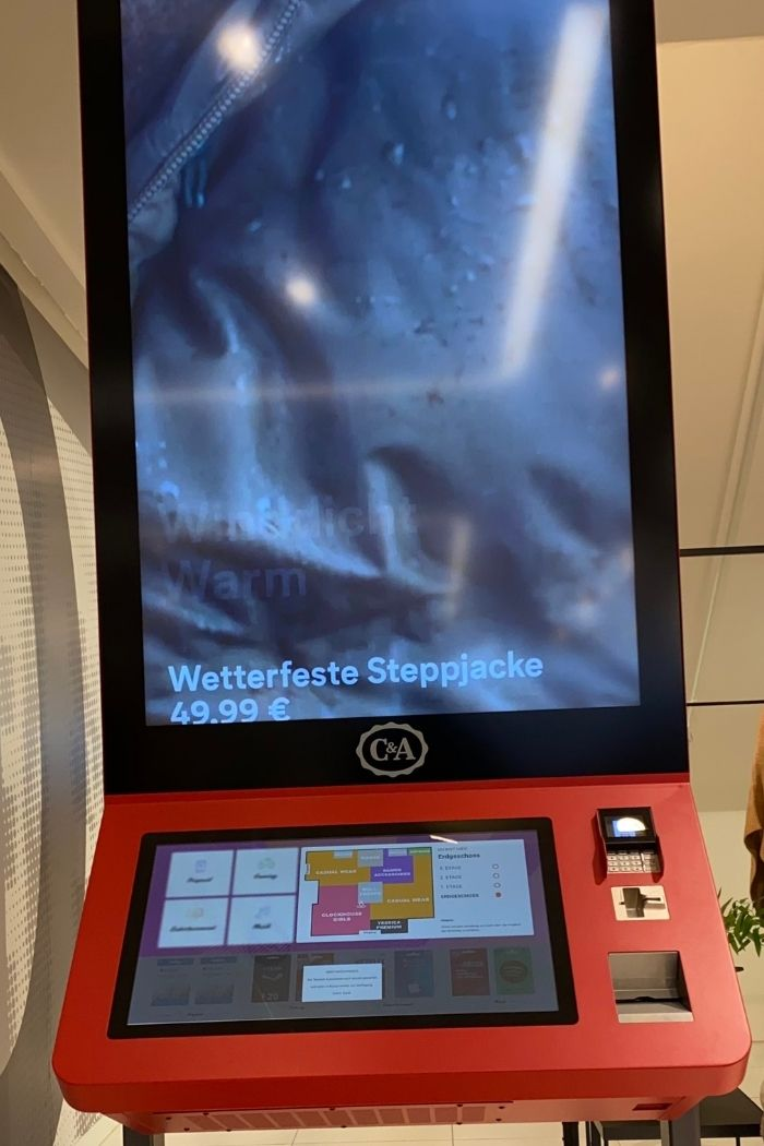 Bei C&A hilft ein interaktives Display in Sachen Store-Navigation