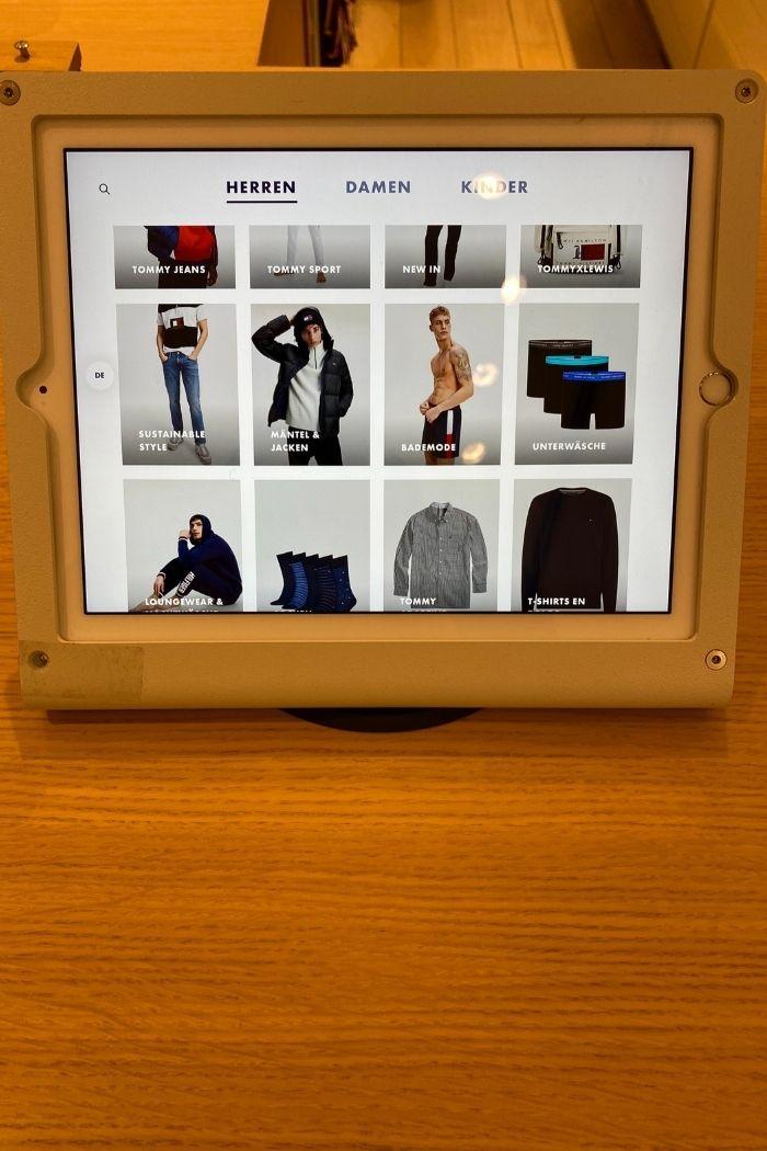 Bei Tommy Hilfiger bietet ein iPad eine Online-Produktrecherche an